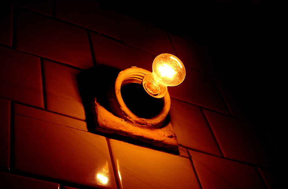 Освещение Освещение лучше всего отпугивает преступников. Только самые отчаянные грабители будут проникать в квартиру в хорошо освещенном дворе и подъезде. Следите не только за тем, чтобы перегоревшие лампочки в подъезде и во дворе вовремя менялись, но и за освещением в квартире. Когда вы уезжаете, скажем, в отпуск либо просто оставьте где-нибудь включенным свет, либо потратьтесь на специальное устройство с таймером, которое будет создавать видимость, что в квартиректо-то есть.