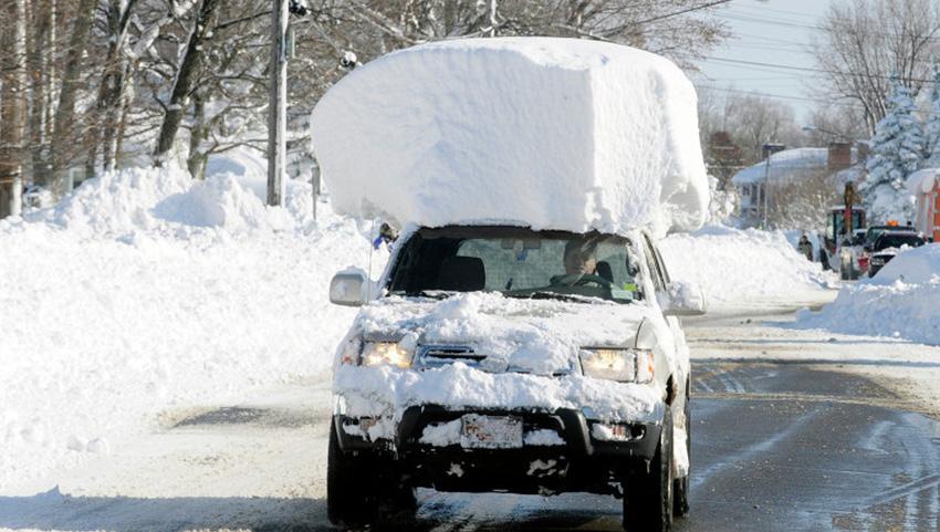 Штат Нью-Йорк, США 2014— 150 сантиметров снега Аномально сильный снегопад обрушился на американских штат Нью-Йорк всего месяц назад. По словам администрации штата, за два дня выпала годовая норма осадков. Стихия погубила 6 человек, заблокировала 200 километров автомагистралей, а в аэропорту города Баффало пришлось отменить 40 процентов рейсов.