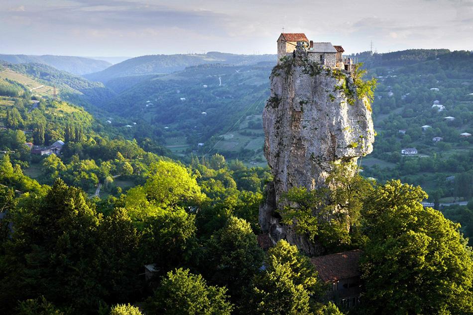 Столп Кацхи в Грузии, на котором почти двадцать лет жил монах-отшельник.