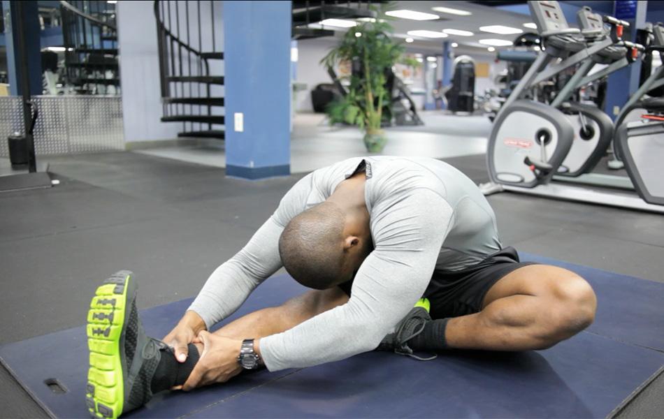 Миф №1: предварительная разминка снижает риск получить травму Об этом нам твердили еще на школьных уроках физкультуры — статические упражнения вроде различных растягиваний нужно делать обязательно, чтобы быть быстрым и гибким. В 2010 году ученые из Университета Флориды провели любопытное исследование: они попросили 10 атлетов сперва сделать разминку в течение 16 минут, а затем час побегать на беговой дорожке. На следующем этапе эти же 10 человек просто сидели в течение 16 минут, а затем совершили ровно такой же часовой забег. В итоге спортсмены пробежали большее расстояние без предварительной разминки, сохранив таким образом много энергии в начале. Вывод исследователей был однозначным: перед выступлениями нужно избегать статической разминки.Согласно исследованиям, статическая разминка не снижает процент повреждений от долгих тренировок вроде болей в коленях или травм ахилловых сухожилий.