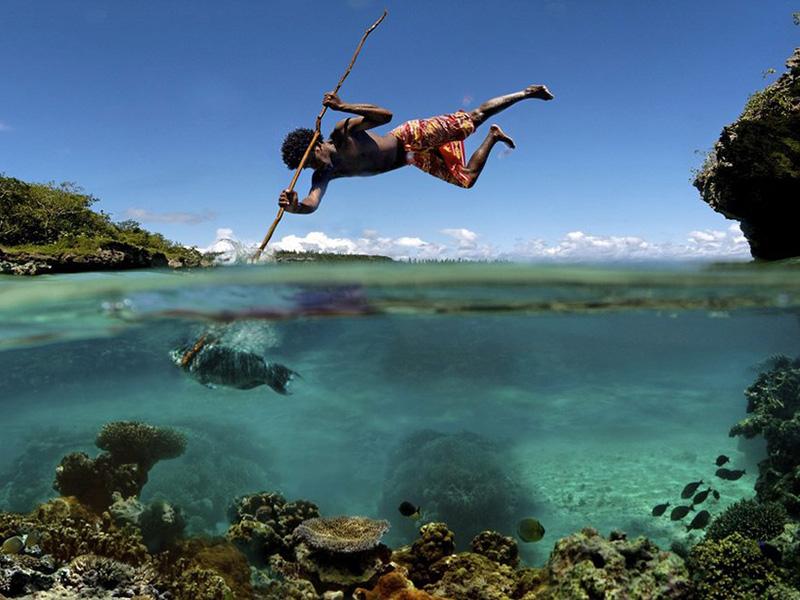 Рыбак на тихоокеанском острове Маре французской Новой Каледонии.