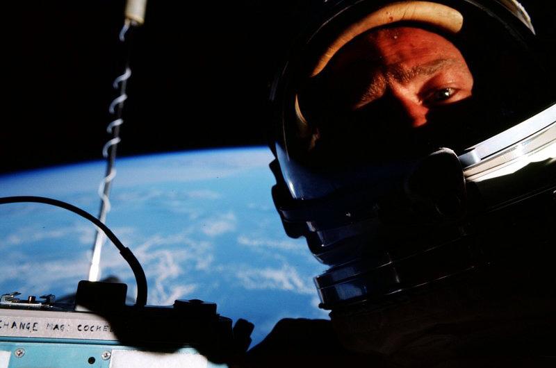 Тот самый первый космический сэлфи, сделанный Баззом Олдрином во время миссии «Джемини 12». Хотя Олдрина чаще всего вспоминают как напарника Нила Армстронга в исторической миссии по высадке на Луну в 1969 году.