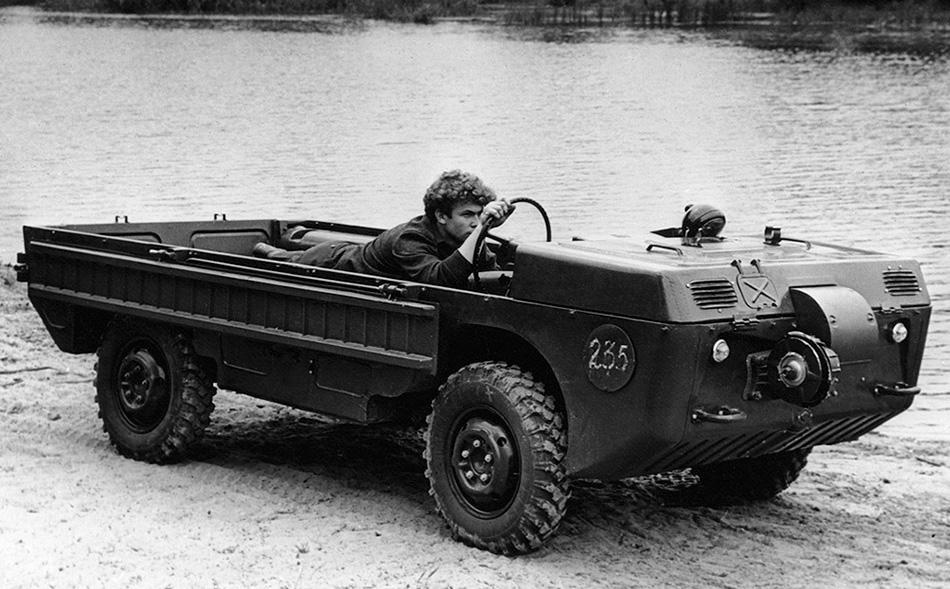 ЛуАЗ-967 Эта полноприводная моторизированная тележка была создана по заказу ВДВ для эвакуации раненых с поля боя и стала прототипом для легендарного советского вездехода ЛуАЗ-969 «Волынь». Габариты у ЛуАЗа, как и грузоподъемность, были крайне малыми. Объем двигателя не превышал одного литра, а в движение он приводился колесами. При особой необходимости управлять амфибией можно было в полулежачем состоянии.