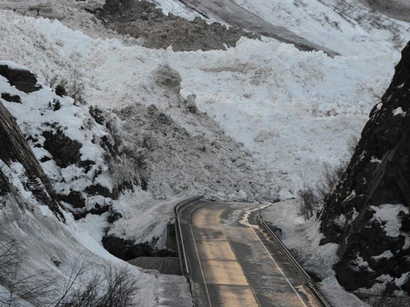 Правило №12 Сошедшие лавины могут перекрыть дороги, создавая таким образом «кризисные участки», которые затрудняют спасательные работы.