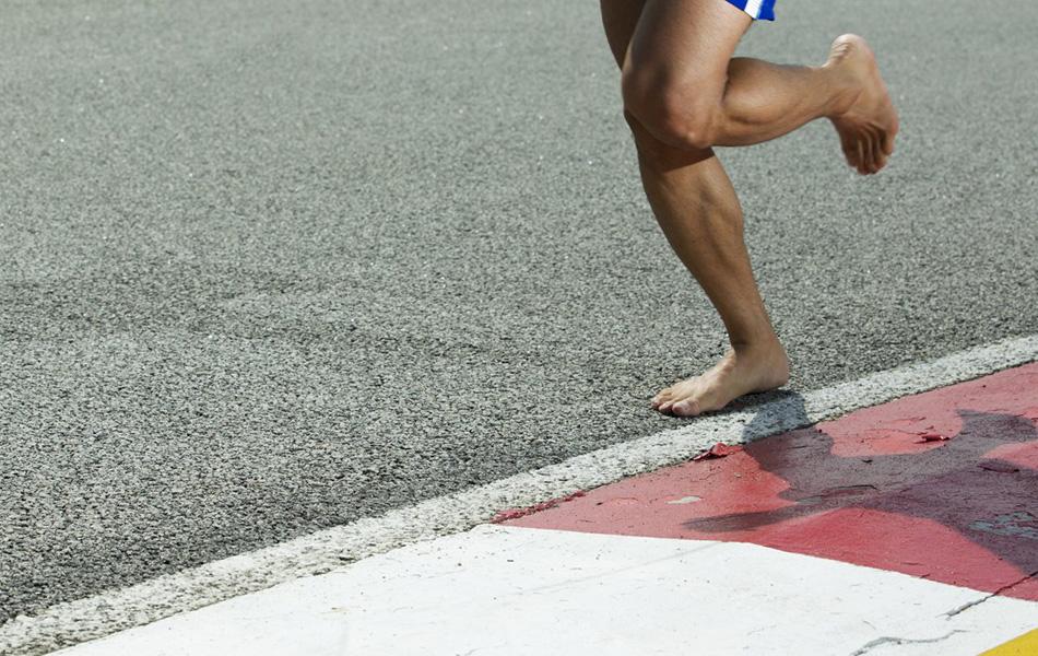 Миф №2: бегать босиком полезнее Обувь во многом определяет нашу походку. Обуйте своего трехгодовалого ребенка в милые маленькие лоферы, и вскоре вы заметите, как изменится его походка. В 2010 году ученые из Гарварда, исследуя детей в Кении, выяснили, что школьники, которые носили обувь, бегали по-другому, нежели дети из бедных районов, у которых обуви не было. Абсолютное большинство из нас все-таки постоянно носит обувь, и вся наша биомеханика определяется тем, к чему привыкло наше тело. Ученые из университета Висконсина провели другой эксперимент и обули атлетов в кроссовки, симулировавшие босую ногу. В итоге спортсмены продолжили бегать, ставя ноги так, как будто они были в привычной для них обуви. Поэтому если вы все-таки решили бегать босиком, то будьте готовы, что вашему телу понадобится очень много времени, чтобы перестроиться. И чем чаще вы будете напоминать ему об обуви, тем дольше это будет происходить.