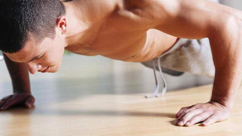 Классические отжимания Отжимания заставляют работать целую плеяду мышц — рук, плеч, шеи и спины. Работа этих мышц необходима вам для большинства действий — от поднятия предметов с земли до запихивания чего-нибудь тяжелого в багажник своего внедорожника. Простые отжимания хорошо развивают статическую силу.