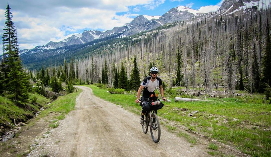 Из канадского годка Банф до американского Нью-Мексико более 4 000 километров, и по ним пролегает маршрут «Тур Дивайд», в ходе которого велосипедисты ездят и по грязным дорогам, и по следам от джипов, испытывая на себе как перепады высот, так и экстремальную жару. Здесь нет никакого регистрационного или членского взноса, как и приза для победителя — чистая тренировка воли.