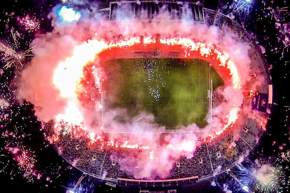 Фейерверки в честь столетнего юбилея двух крупнейших футбольных команд в болгарской Софии.