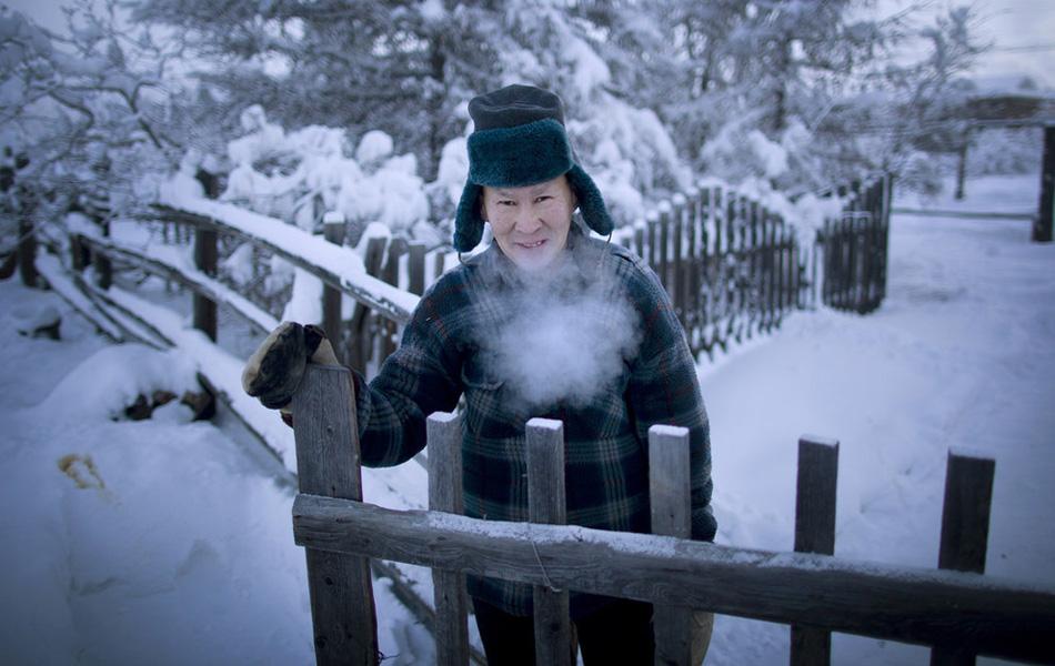 Местный житель 52-летний Александр Платнов одет как раз достаточно тепло для быстрого похода в туалет.