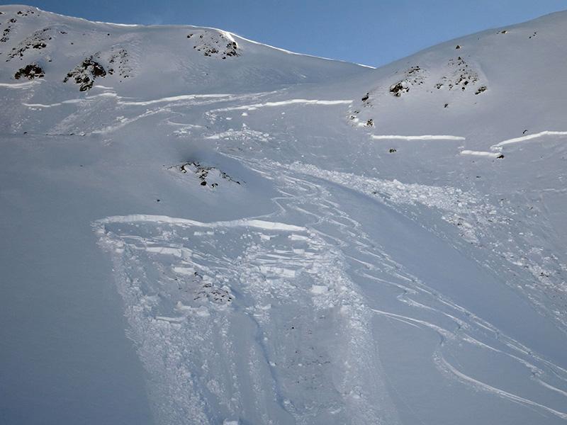 Правило №13 На выпуклом скате слои внутри снежного покрова, как правило, не так сильно сплочены. Сила притяжения стягивает снег вниз, а форма наклона упрощает эту задачу, делая участок более лавиноопасным.