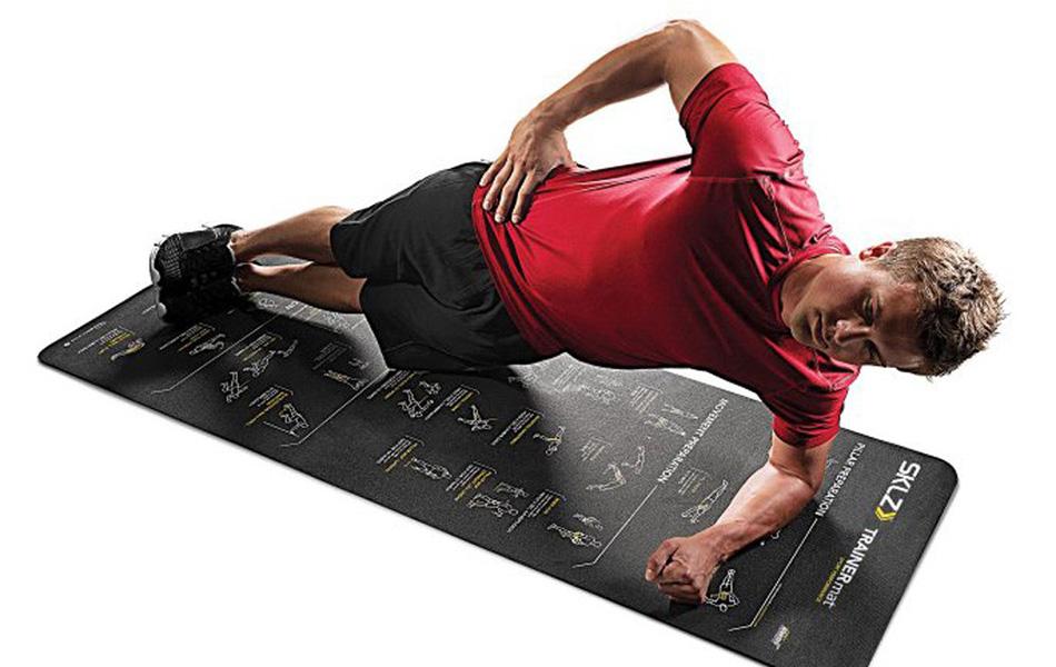 Миф №3: польза кор-тренинга Кор — это большой массив мышц, связанных между собой анатомически и функционально. Для них существует специальный комплекс упражнений на не имеющей стабильного положения платформе. Однако польза от таких упражнений для спортсменов далеко не очевидна. В ходе одного из исследований для команды гребцов разработали дополнительные кор-упражнения, которые в итоге действительно положительно сказались на состоянии кор-мышц участников. Но они не стали при этом лучшими гребцами — их показатели остались ровно на том же уровне. В другом исследовании, проведенном специалистами из Университета Индианы уже с участием футболистов, была зафиксирована ровно такая же нулевая корреляция между кор-упражнениями и спортивным показателями.Польза кор-тренинга довольно переоценена, и вы, наоборот, рискуете получить травму, слишком сильно сосредотачиваясь на этом виде упражнений.