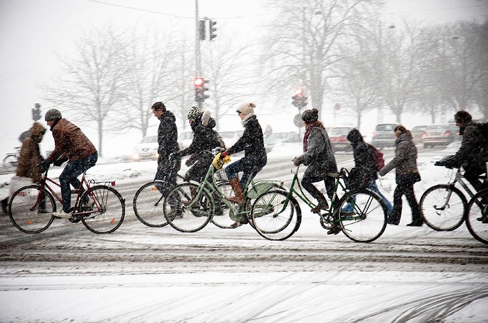 Как ездить по снегу К сожалению, самый удобный вариант зимой — это ехать прямо по дороге (с велодорожками у нас пока еще все очень нездорово). Машины выступают эдакими снегоочистителями — чем более загруженная дорога, тем она чище. Если вы едете по дороге, то езжайте именно по дороге, а не по заснеженной обочине, где можно легко потерять управление и внезапно вырулить на полосу для машин. Более того, у вас есть полное право ехать наравне с автомобилями. Дороги со слабым движением, как правило, недостаточно чистые, и на них сложнее держаться своей полосы. Во время снегопадов тротуары нередко чистятся быстрее, чем дороги и уже тем более велодорожки. Поэтому если если это не оживленная улица с большим потоком людей, то можете проехать по тротуару.