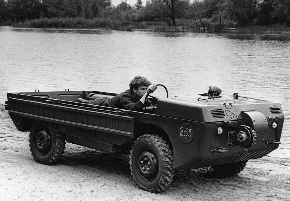 ЛуАЗ-969 известен своей совершенно непревзойденной проходимостью и столь же непревзойденной скудностью салона. И в этом нет ничего удивительного, ведь изначальное предназначение этого автомобиля было стопроцентно военным.