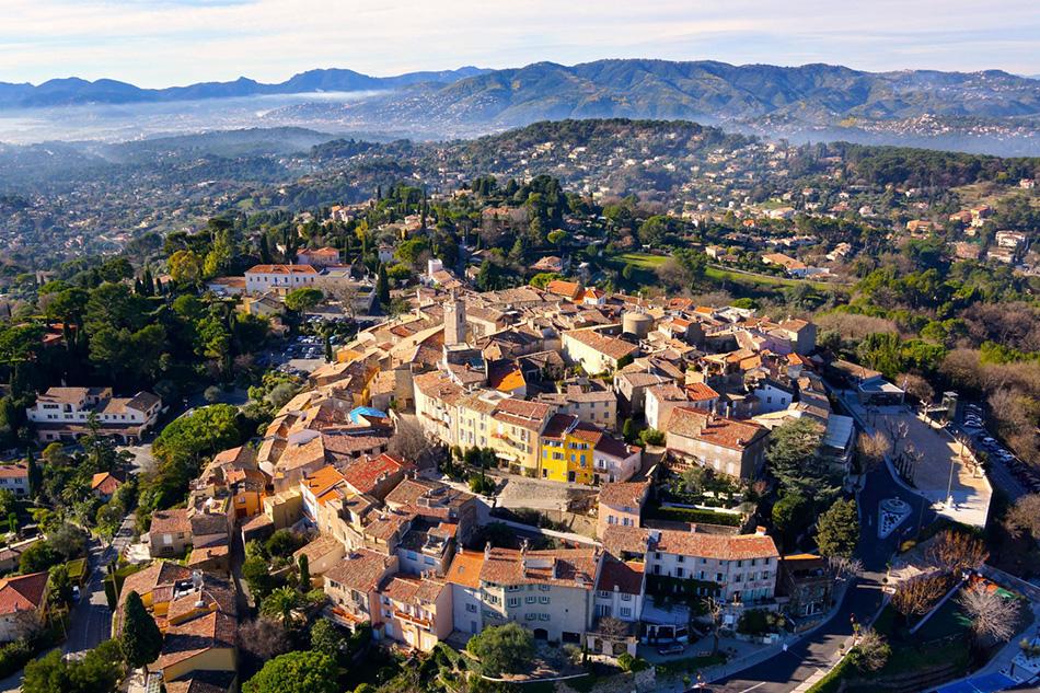 Городок Мужен, располагающийся к северу от Канн во Франции.