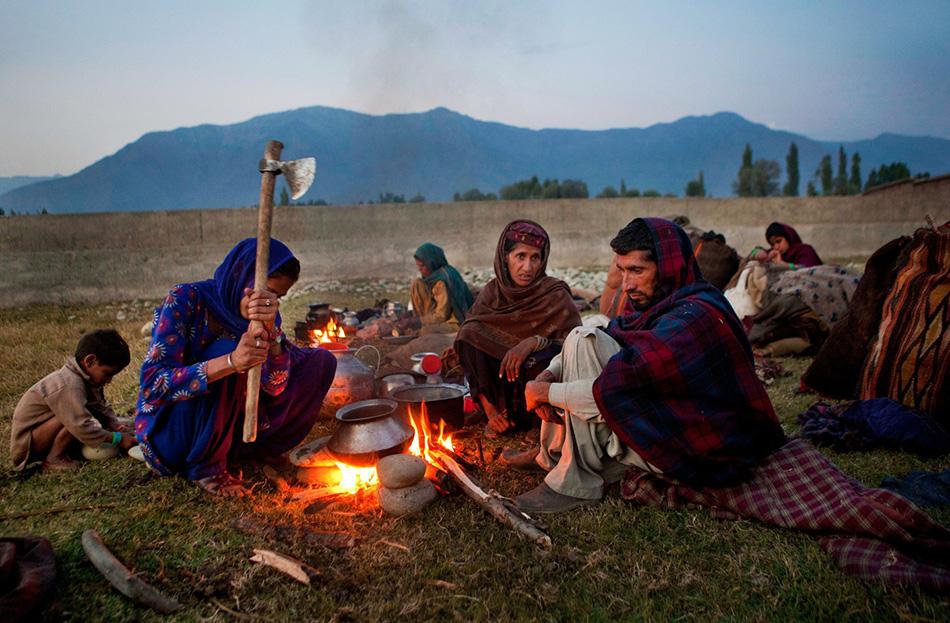 Семья готовит ужин на закате возле городка Бакпора.