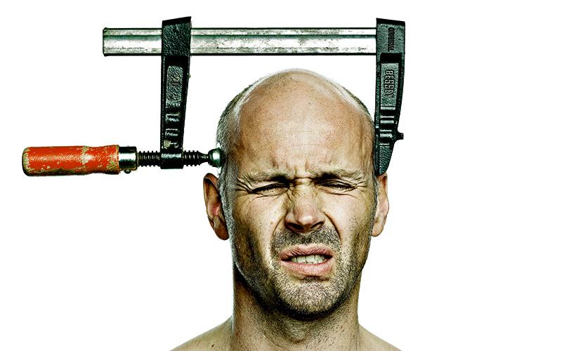 Головная боль и головокружение Одно из следствийследствие снижения артериального давления - крови становится меньше, ее вязкость повышается, а сосуды, в том числе и в мозге, сужаются. Сильные головные боли и головокружения, начинающиеся почти сразу, как человек встал, свидетельствуют об одной из последних стадий обезвоживания.