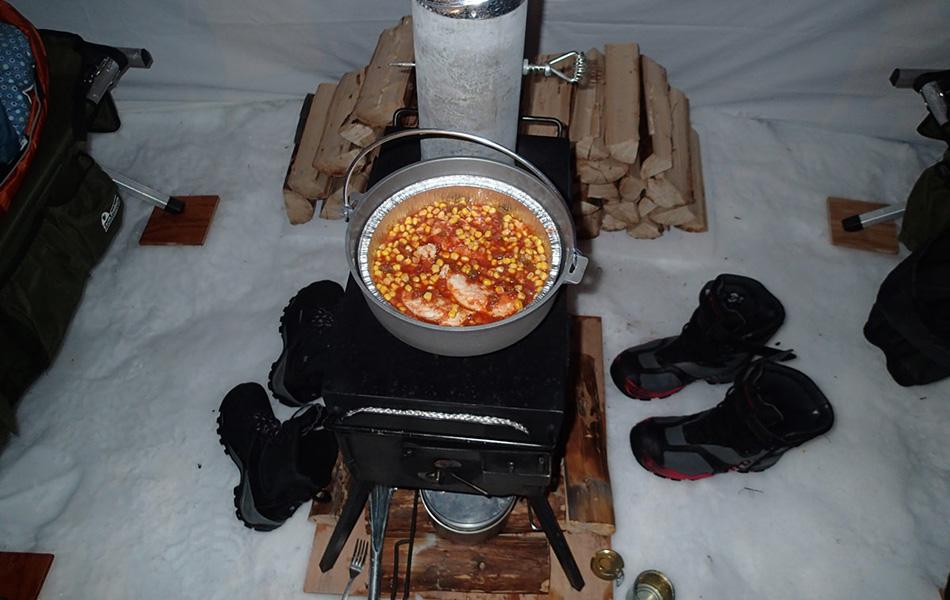 Стоит брать с собой две печки — одну для готовки, другую для обогрева.Вообще использовать печку внутри палатки не самая лучшая затея — огонь может быть слишком сильным, а угарный газ — отравляющим. Однако когда температура опускается ниже 20 градусов, а порывы ветра достигают 80 километров в час, такое решение вполне оправдано. Печка и обогреет палатку, и позволит спокойно приготовить еду, сохранив при этом ваше время и энергию.