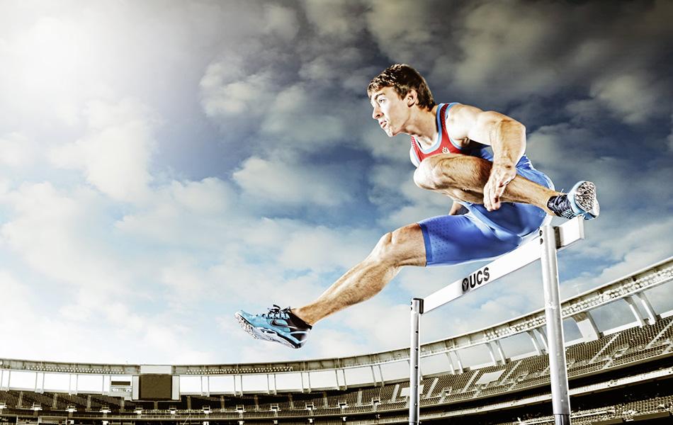 Миф №5: ибупрофен снижает болезненные ощущения Ибупрофен — нестероидный противовоспалительный препарат — многие спортсмены принимают в качестве болеутоляющего. Причем для некоторых это уже сродни ритуалу. Так на марафоне «Western States 100» в Калифорнии 7 из 10 атлетов говорили, что принимали ибупрофен перед или по ходу забега. Однако по окончании марафона участники, принимавшие ибупрофен, чувствовали боль ровно в той же степени, что и те, кто его не принимал. Более того, у них оказалось больше симптомов воспаления, несмотря на то, что ибупрофен считается антивоспалительным средством. Согласно последним исследованиям, частый прием болеутоляющих препаратов может притуплять способность мышц адаптироваться к нагрузкам. Так что ибупрофен и схожие препараты принесут вашему организму больше вреда, чем пользы.