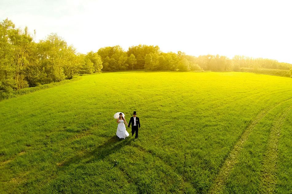 Пара молодоженов во время свадебной фотосессии в чешском городе Глинско.