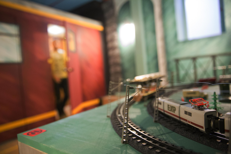 Эскейпрум. Эскейпрум — квест в реальности, по типу «выбраться из комнаты». Команду из нескольких человек запирают в помещении, и они пытаются выбраться из нее, ища подсказки, используя предметы и решая головоломки. В Москве есть несколько таких реалити-квестов, например проект Montequesto, попав в который можно испробовать одну из нескольких историй, например, забытая железнодорожная станция или дом бабушки. Адрес:Москва. ул. Климашкина, 26 Сайт:www.montequesto.ru/