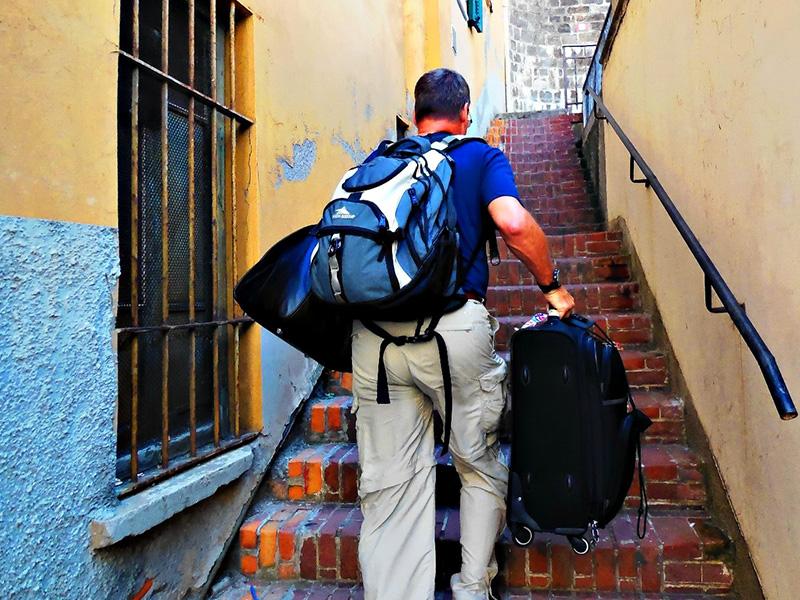 Используйте багаж в качестве груза Наши города, прямо скажем, не сильно приспособлены для передвижения с чемоданами и тяжелыми сумками. Примите это как вызов, и по пути на вокзал или в аэропорт воспринимайте каждый подземный переход и каждую лестницу как дополнительный подход в силовом упражнении. То же самое относится и к засовыванию сумок на верхние полки. Не стесняйтесь и предложите помощь вашим соседкам по самолету — лишняя нагрузка вам не помешает. Главное — следите за тем, как вы поднимаете багаж, чтобы не получить травму.