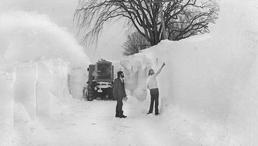 Баффало, США 1977 — 506 сантиметров снега Город Баффало находится на севере США, но, как правило, отличается более теплыми температурами и меньшим количеством снега по сравнению с окружающими территориями. В 1977 году по городу ударил умеренный снегопад, но с очень сильным ветром порядка 70 километров в час. Ктому времени в Баффало уже лежал слой снега, и даже местное озеро было замерзшим. В результате не самый сильный снежный шторм вызвал лютыймороз, нулевую видимость и жуткие метели, а к моменту окончания общий слой снега составлял пять метров — абсолютный рекорд для одного сезона.