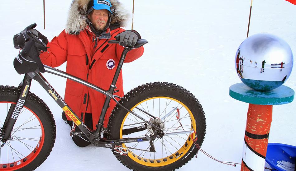 Первый человек, добравшийся до Южного полюса на велосипеде 21 января Дэвид Бертон, владелец магазина из американского штата Юта, стал первым человеком, доехавшим на велосипеде до Южного полюса. До него подобное пробовал известный полярник Эрик Ларсен в 2012 году, но то путешествие не увенчалось успехом. Бертону же потребовался 51 один день, чтобы преодолеть более тысячи километров, начиная с западного побережья Антарктиды. При этом у него даже не было запасного велосипеда.