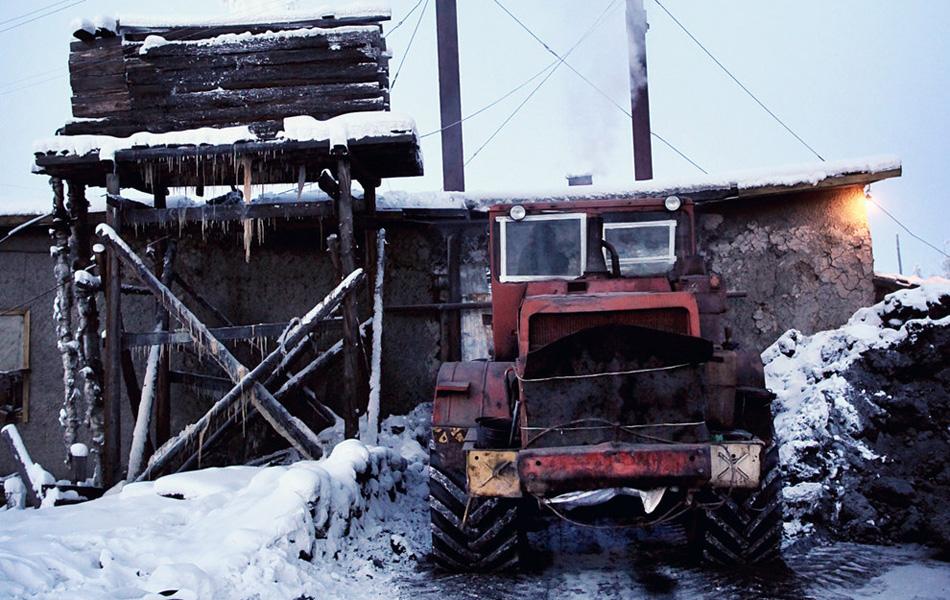 Каждое утро этот экскаватор привозит к отопительной станции свежий уголь и увозит пепел.