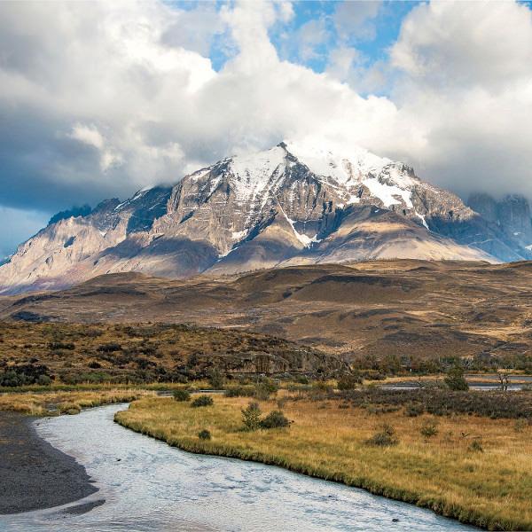 В Патагонии проходит множество легендарных троп для хайкинга вроде Торрес-дель-Пайне, знаменитых своей труднопроходимостью и захватывающими видами. Вы можете петлять сотни километров по чилийским горам, взбираясь по дороге Карретера Астрал к пику Серро Кастильо.