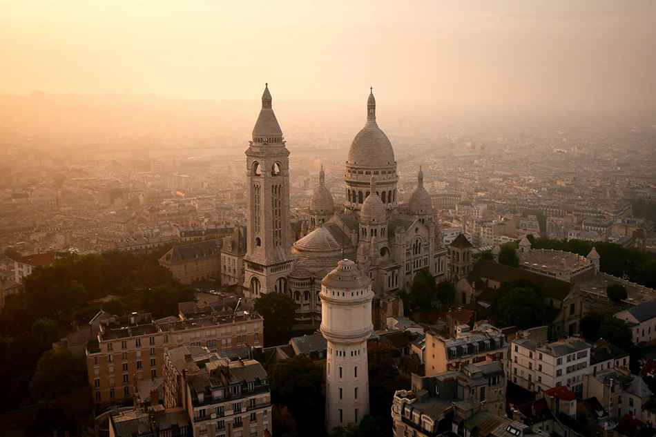 Парижский католический храм Базилика Сакре-Кер, расположенный на вершине холма Монмартр.