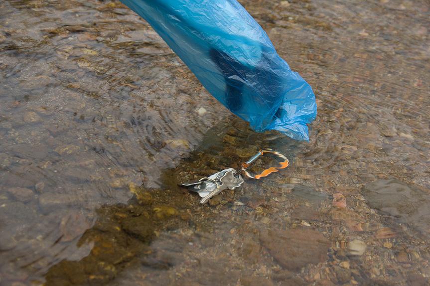 Перчатка Вам требуется что-то достать из холодной воды? Используя пакет как перчатку, вы сможете сохранить руки в тепле, а перчатку оставить сухой. Этот же прием работает и в случае, когда перчатки постоянно соприкасаются со снегом.