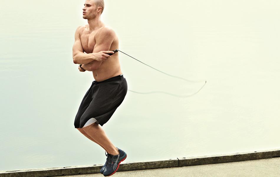 Миф №8: длинные и медленные упражнения сжигают больше калорий Долгое время существовало предположение, что вы уничтожаете больше липидов (входят в состав всех жировых клеток), делая упражнения в некоем магическом жиросжигательном промежутке — где-то между 68 и 79 процентами от вашей максимальной частоты сердечных сокращений, — чем когда вы изнуряете себя полностью. Причина, согласно этой теории, в том, что неинтенсивные упражнения заставляют организм тратить глубинные резервы, а не только легкодоступные калории от еды. Ислледования Аппалачского Университета в Северной Каролине, наоборот, утверждают, что активные упражнения сжигают больше калорий в минуту, чем те, что вы делаете со средней интенсивностью. Это, впрочем, довольно очевидно. Но другой вывод этих исследований в том, что интенсивные упражнения повышают метаболизм в вашем теле еще на протяжении 14 часов после тренировки, в то время как легкие упражнения такого эффекта не имеют.