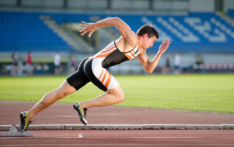 Миф №9: фруктоза убивает ваши спортивные показатели Вы, наверняка, не раз слышали предупреждения в духе «опасайтесь фруктозы, особенно кукурузного сиропа», ведь он вносит вклад в эпидемию ожирения. И это справедливо для людей, которые ведут малоподвижный образ жизни. Но для тех, кто занимается спортом, все совсем по-другому. Любой атлет, который тренируется или выступает дольше 60 минут, может улучшить свои результаты благодаря углеводам или сахару, в том числе и фруктозе. Об этом говорят ученые из Университета Маастрихта в Нидерландах. Когда велосипедисты, участвовавшие в одном из исследований, выпивали содержащий фруктозу и глюкозу напиток, они ехали почти на 8 процентов быстрее тех, кто употреблял напитки только с глюкозой.Фруктозане только не понизит ваши показатели, но может стать супертопливом.