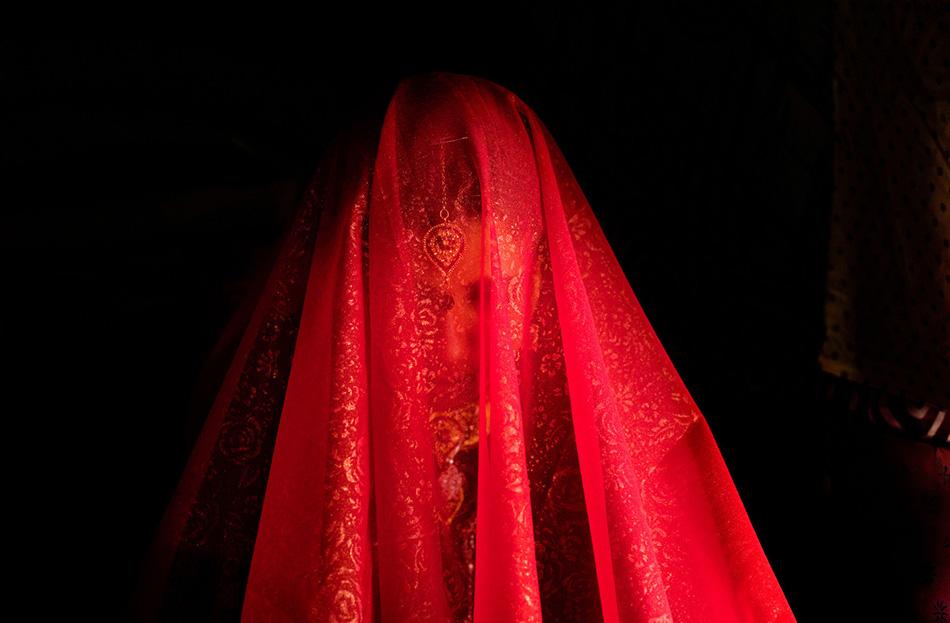 Во время свадебной церемонии лицо Зарины закрыто вуалью.
