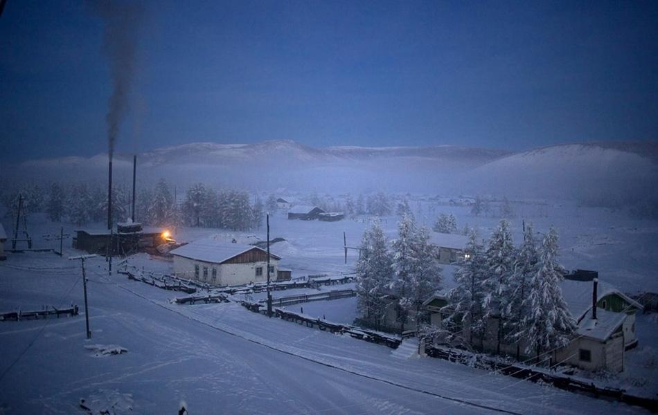 Село Оймякон на рассвете. В это время единственный фонарь горит на никогда не прекращающей своей работы ТЭЦ.