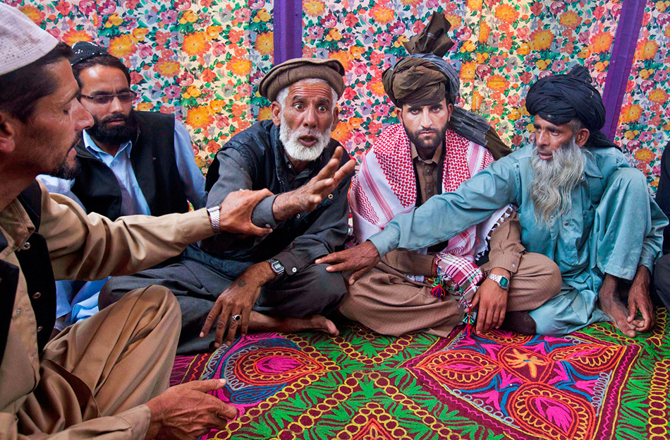 Жених Мохаммед Фаруг (второй справа) наблюдает, как его родственники спорят об уплате Махара, обязательной сумме (денег, драгоценностей или других благ), которую сторона жениха платит стороне невесты в ходе свадьбы.