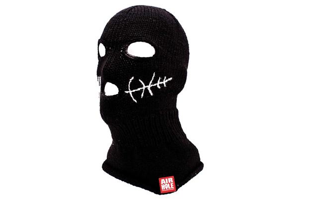Балаклава. Лыжная маска сгодится не только для плохих делишек, но и для экстремально низких температур. Она закрывает лицо и шею, оставляя открытыми только область вокруг глаз.