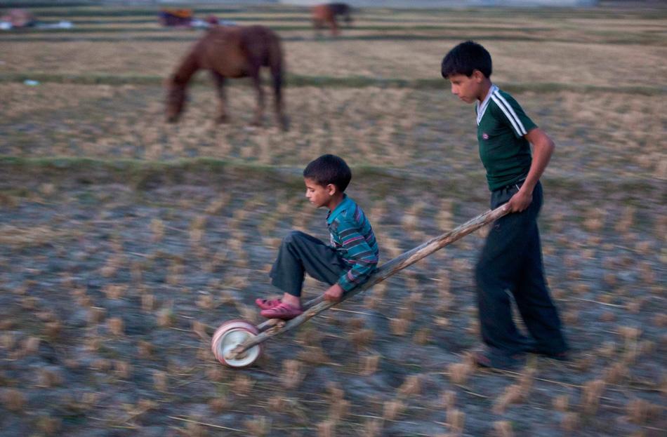 Дети кочевников играют в окрестностях лагеря.