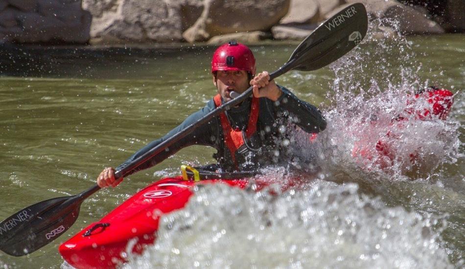 Сплав на каяке через Большой Каньон вслепую И еще одна история о подвигах людей с ограниченными возможностями. Спустя десять лет после покорения Эвереста известный слепой путешественник Эрик Вайхенмайер поставил еще один рекорд. Он совершил 445-километровый сплав по реке Колорадо через Большой Каньон, преодолев более 100 водоскатов и несколько участков, требующий выдающейся техники. Глазами Вайхенмайер служил гид Харлан Тэни, сплавлявшийся прямо позади него и дававший команды вроде «греби вправо» или «греби влево» по специальной радиогарнитуре. Путешественник готовился к этому заплыву 6 лет, изучая технику гребли и каков каяк на ощупь и на слух. До Вайхенмайера сплав по Большому Каньону совершил один из членов его команды — слепой ветеран Лонни Бедвелл.