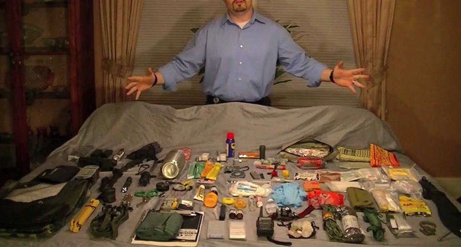 На первом этапе вы должны сложить в вашу «тревожную сумку»те предметы, которые обеспечат вам автономное существование при минимуме усилий. Это примерно то же самое, что вы кладете в рюкзак, когда отправляетесь в поход, плюс, разве что, орудия для самозащиты и средства связи.