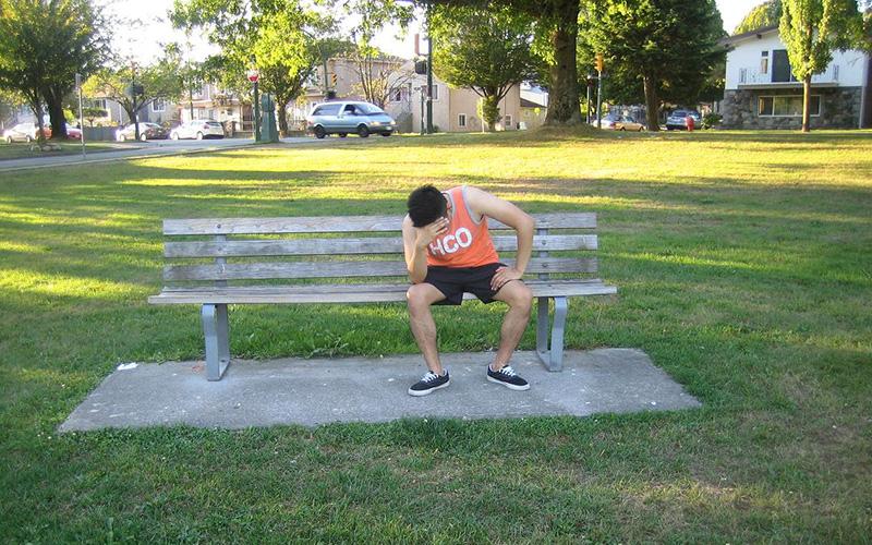 Усталость и слабость Из-за недостатка жидкости моторика и сила тела начинают заметно снижаться, ведь мышечная ткань содержит около 75 процентов воды. Так что неудивительно, что когда организм теряет воду, мышцы быстрее устают.
