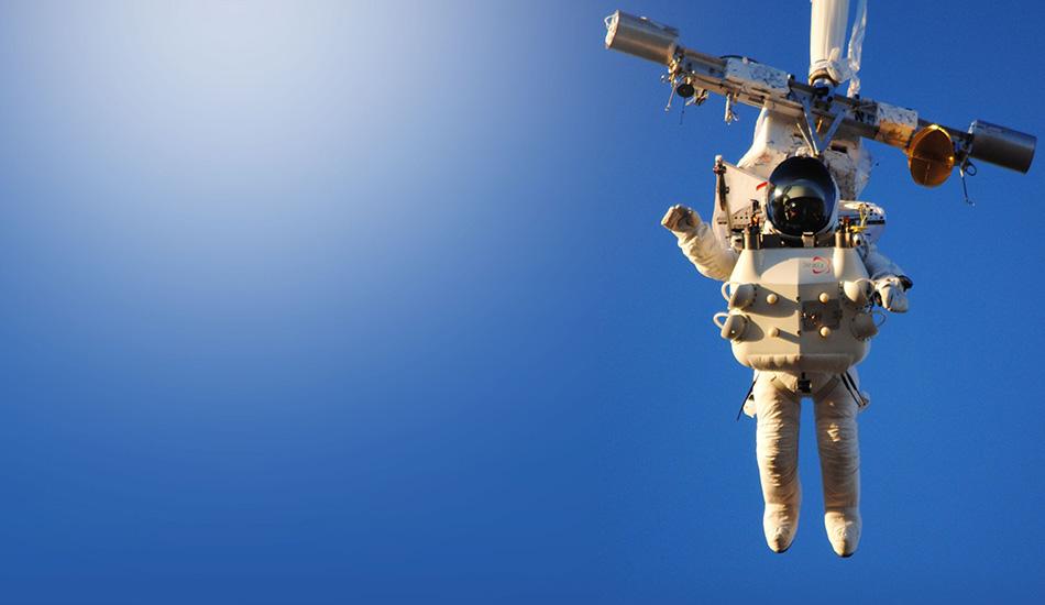 Самый высокий прыжок с парашютом в истории В конце октября исполнительный директор Google Алан Юстас преодолел звуковой барьер, прыгнув с парашютом с высоты в 41 километр. Предыдущий рекорд был поставлен в прошлом году Феликсом Баумгартнером — он прыгнул из стратосферы с высоты чуть меньше 39 километров. На Юстасе был специальный космический костюм, а на нужную высоту его доставил гигантский воздушный шар с гелием за 2,5 часа. Свободное падение Юстаса длилось 4,5 минуты, в ходе которого он развил скорость свыше 1300 километров в час.