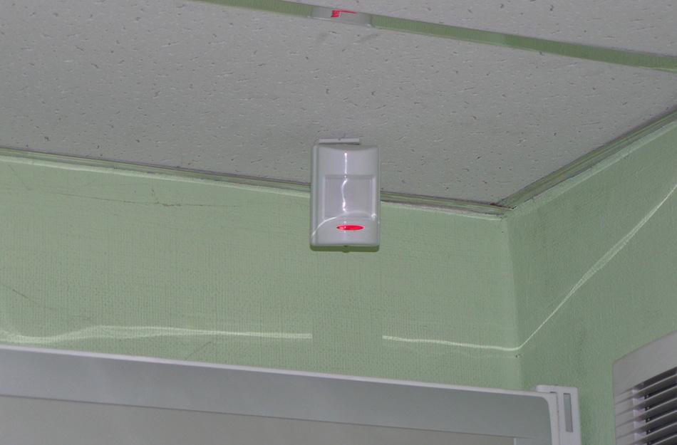 Датчики движения Их можно разместить как в квартире, так и в подъезде.С одной стороны, они экономят электричество, с другой— застанут врасплох потенциального взломщика внезапно загоревшимся светом.