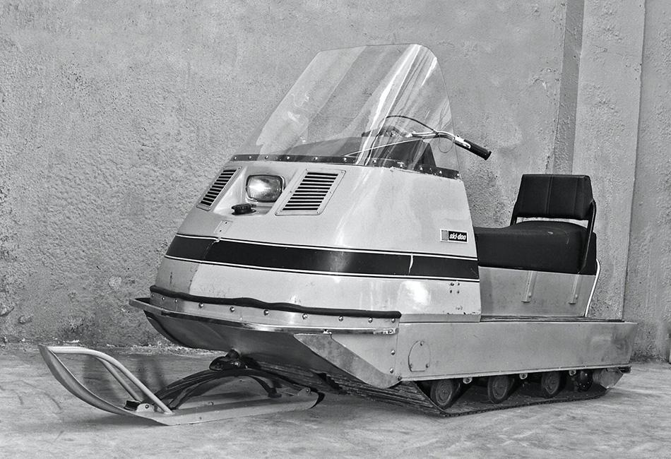 В марте 1971 года по территории Рыбинского моторного завода (РМЗ) проехали три первых опытных образца снегохода. Прототипом послужил канадский Ski-Doo Valmont 640. Двухлыжной схеме предпочли устройство «одна лыжа – две гусеницы». Гусеницы были сделаны из транспортерной ленты, мощность двигателей от мотоцикла «Иж Юпитер» была 18 лошадиных сил, а коробкой передач — четырехступенчатой.