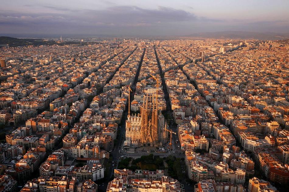 Сетчатая структура района в испанской Барселоне и знаменитый и до сих пор не завершенный Храм Святого Семейства архитектора Антонио Гауди.