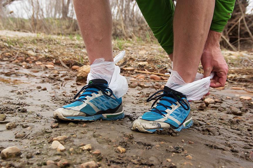 Носки Уверены, большинству из вас хотя бы раз приходилось прибегать к этому методу, когда вы, например, сильно намочили обувь во время дождя. Наденьте полиэтиленовый пакет поверх или вместо носков, и ваши ноги смогут долго оставаться сухими. Даже если обувь еще не промокла, но вы ожидаете, что это произойдет, наденьте пакеты заранее, и тогда носки, обычно выполняющие роль насоса, будут изолированы, а обувь намокнет не так сильно и быстрее высохнет. Помимо влаги пакеты еще и хорошо удерживают тепло при холодных температурах.