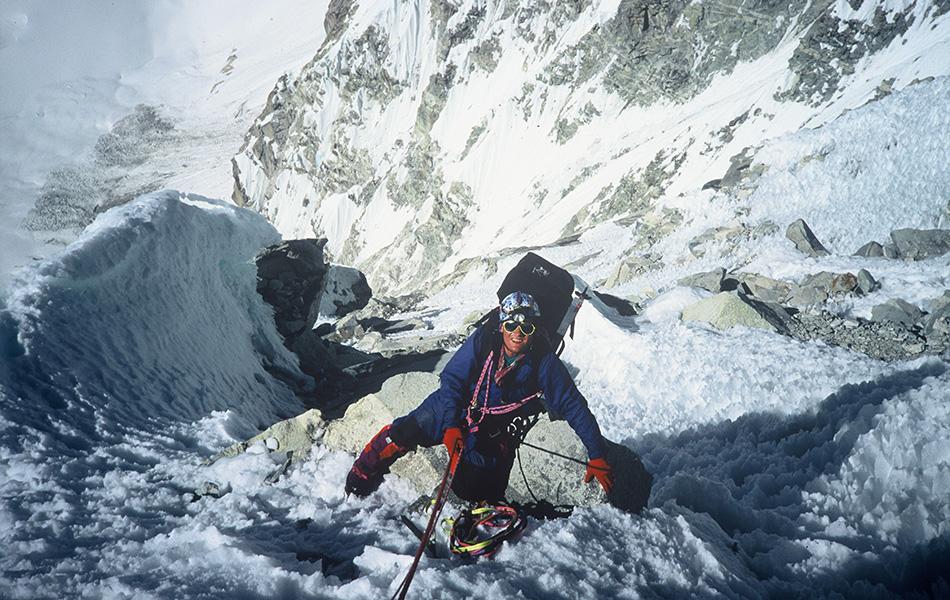 Касаясь пустоты (2003) Духоподъемная экранизация мемуаров знаменитого английского альпиниста Джо Симпсона — возможно, лучшее документальное кино об альпинизме.
