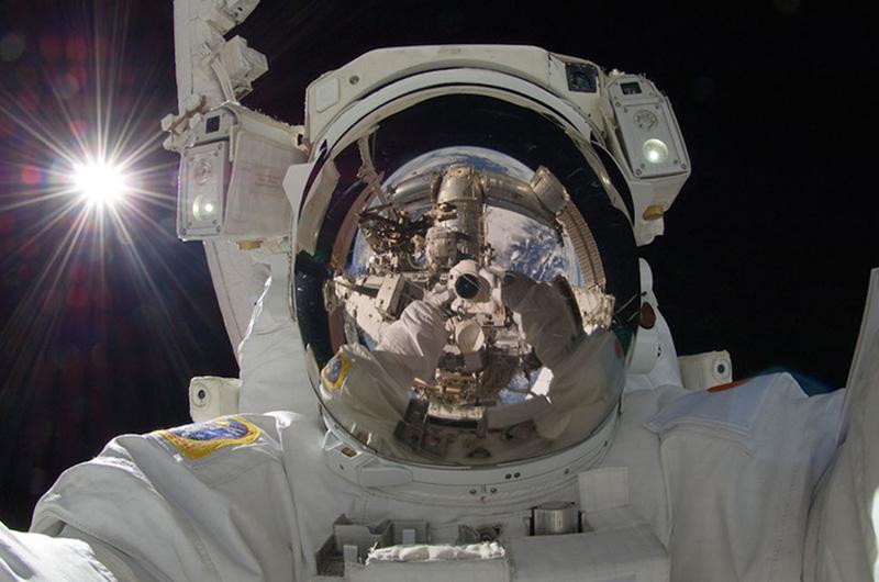 Этот захватывающий кадр японский астронавт Акихико Хосидэ снял 5 сентября 2012 года во время 32-й экспедиции на МКС. Третий раз выйдя в открытый космос, Хосидэ запечатлел не только себя, но и нашу планету в отражении стекла скафандра.