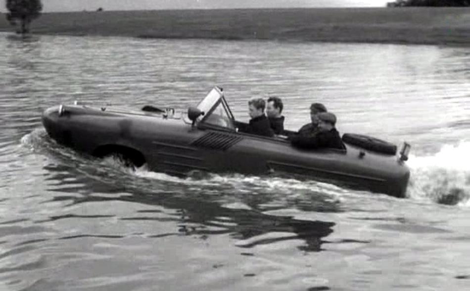НАМИ-055 Предшественница этой модели амфибия НАМИ-011, как и ГАЗ-46, была скопирована с американского Ford GPA. У НАМИ-055 был более обтекаемый цельнометаллический корпус, 41-сильный двигатель от «Москвича-410» и задний гребной винт. В итоге амфибия даже при полной загрузке в полторы тонны на воде развивала скорость до 12 километров в час. Над модификацией НАМИ-055В уже работал создатель легендарных пассажирских «Ракет» Ростислав Алексеев — в итоге модель на подводных крыльях через 40 секунд после старта разгонялась до 55 километров в час.