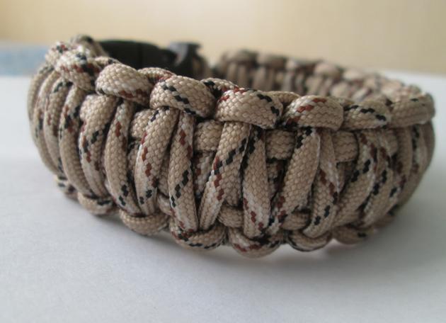 Браслет из паракорда. Это не просто украшение, а тактический браслет для выживания. Сплетенный в браслет шнур, длиной 4-5 метров может пригодиться в любой экстремальной ситуации, а в обычном виде просто хорошо выглядит.
